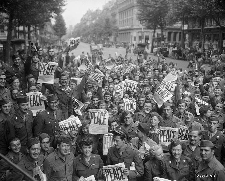 American_military_personnel_gather_in_Paris_to_celebrate_the_Japanese_surrender