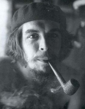 Che-smoking-a-pipe