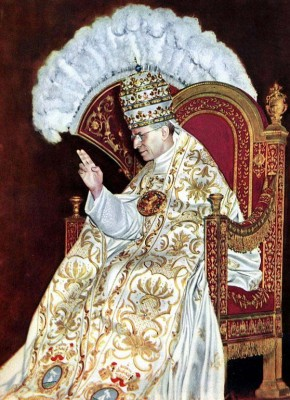 Pope-Pius-XII-in-Regalia