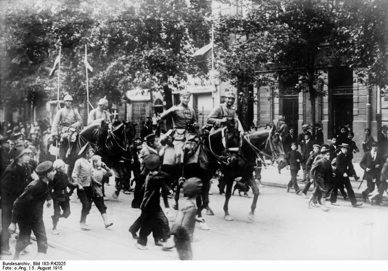 Bundesarchiv_Bild_183-R42025,_Warschau,_Einmarsch_deutscher_Kavallerie